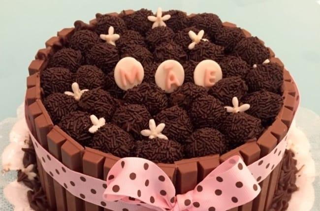 Homenagem para o dia das mães bolo confeitado de brigadeiro