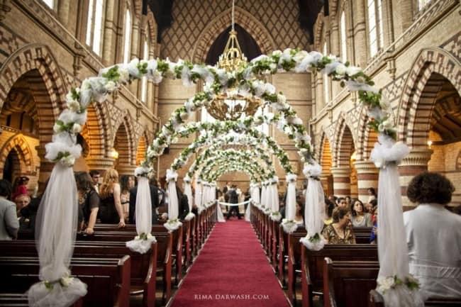Igreja decorada para casamento dos sonhos com arco de flores brancas12