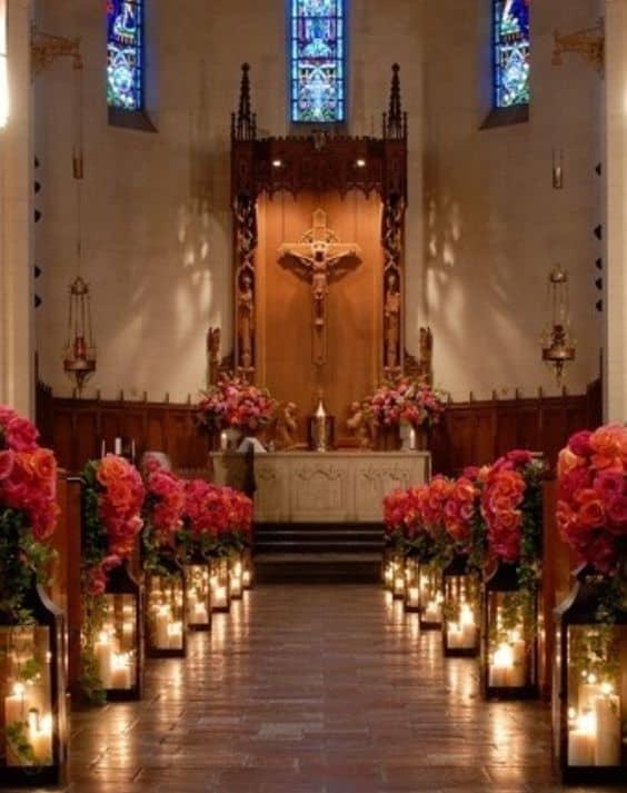 Igreja decorada para casamento dos sonhos com flores vermelhas11