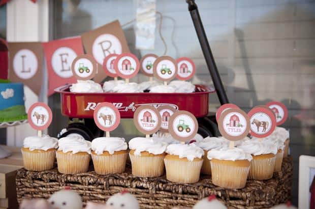 Mesa decorada com cupcakes simples na festa fazendinha