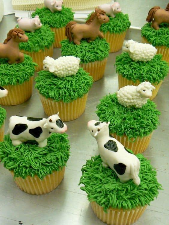Modelo de cupcake com animais típicos da fazenda