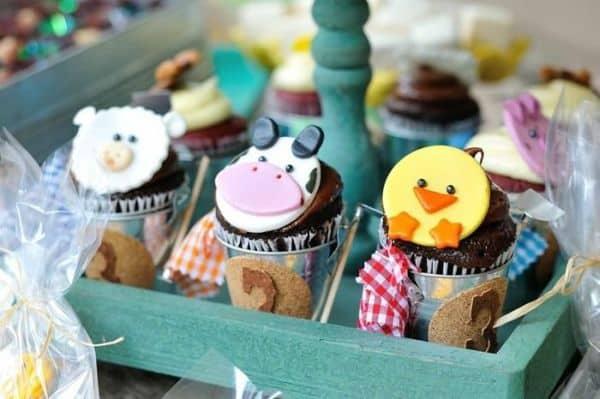 Os cupcakes podem ser servidos em canecas