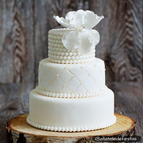 bolo clássico e branco de 3 andares para casamento