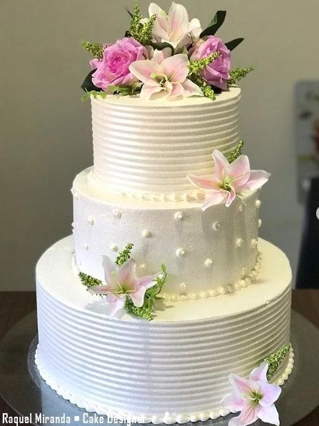 bolo de 3 andares com chantilly branco e flores naturais