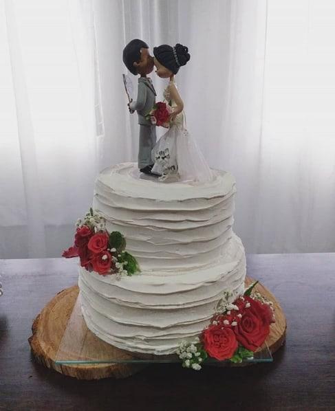 bolo de 2 andares branco decorado com topo de noivinhos