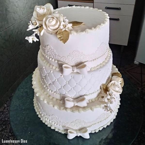 bolo de casamento clássico em branco e dourado