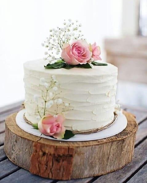 bolo de casamento de chantilly branco decorado com rosas
