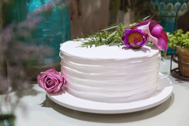 bolo de 1 andar de chantilly com flores naturais