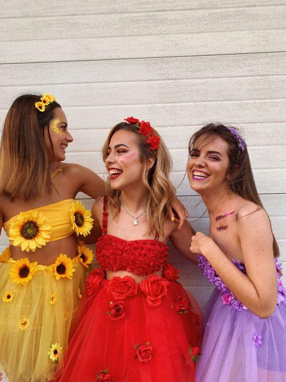 Amigas vestidas de flores diversas