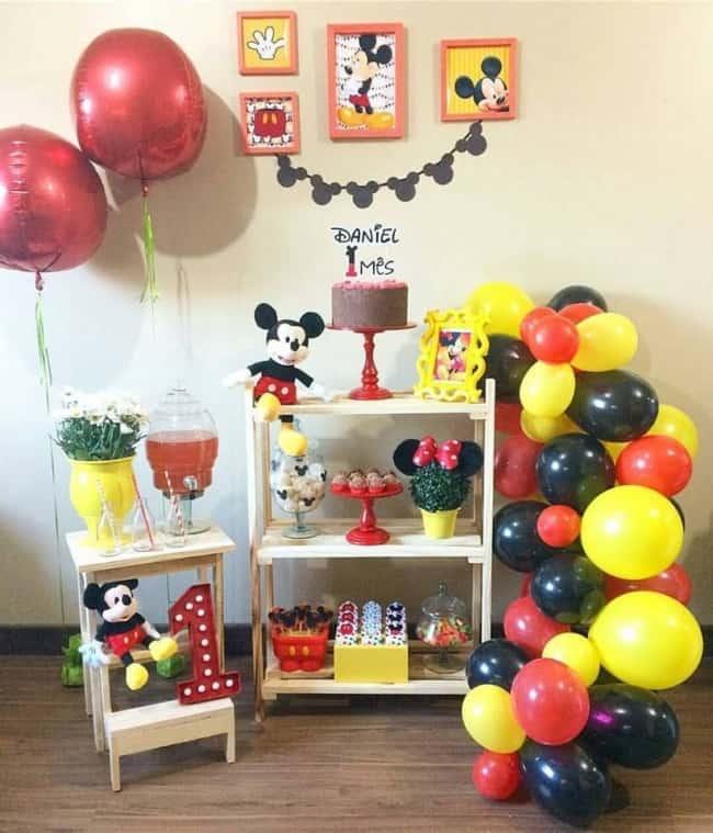 Balões ajudam a decorar a festa Mickey de mesversário