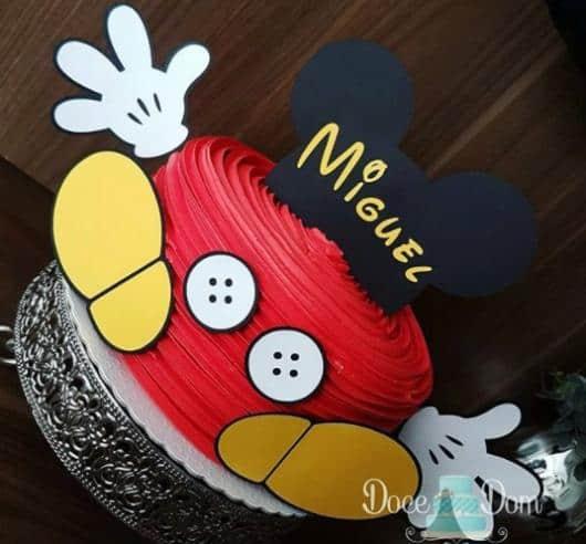 Chantilly vermelho é sempre usado nos bolos de mesversários Mickey