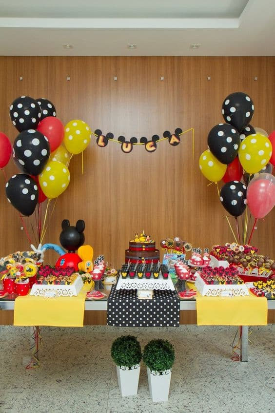 Decoração com balões no mesversário Mickey