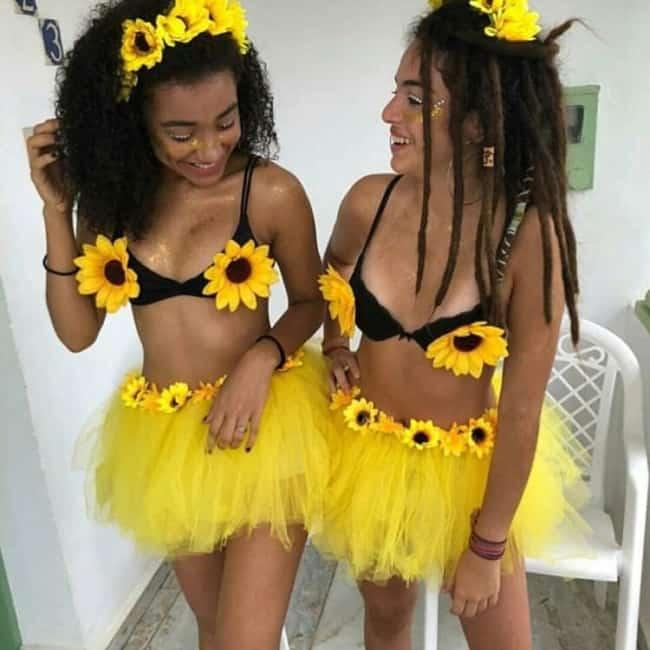 Duas amigas vestidas iguais com girassois