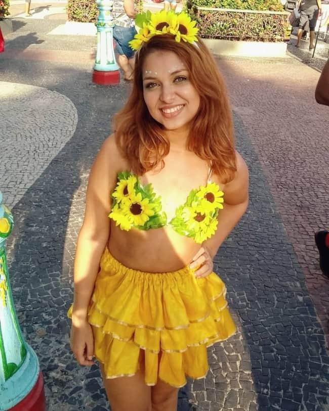 Fantasia de girassol com saia amarela de babados para carnaval