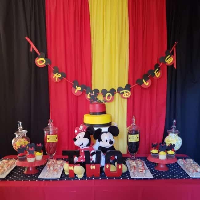 Mesversário Mickey com cortina vermelha amarela e preta