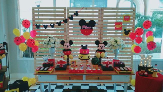 Mesversário Mickey decoradono salão de festas