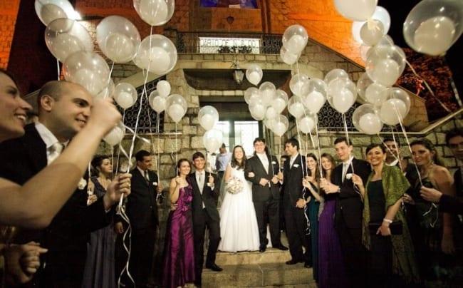 Saída dos noivos com balões