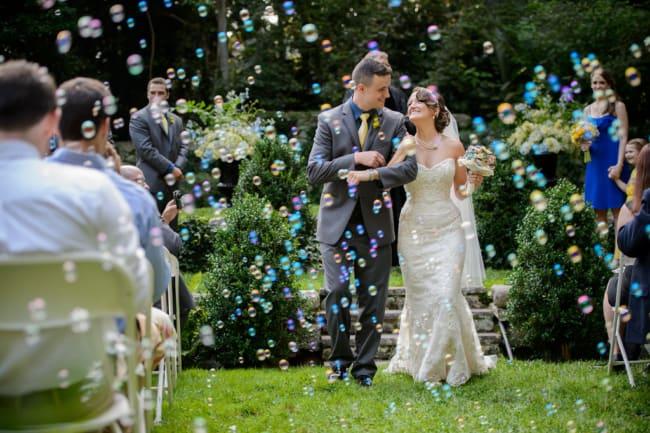 Saída dos noivos com bolhas