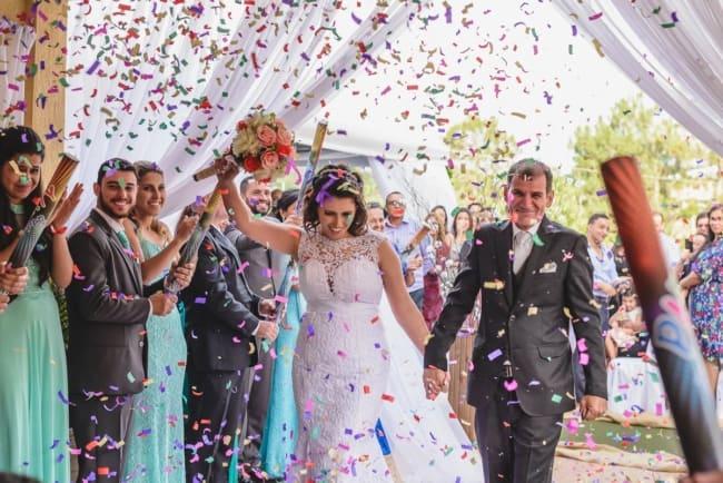 Saída dos noivos com confete colorido