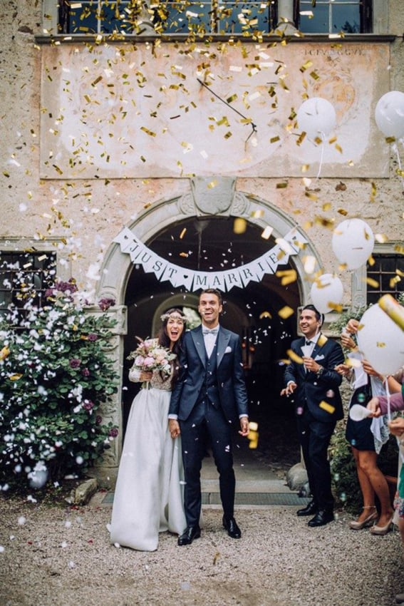 Saída dos noivos com confete dourado