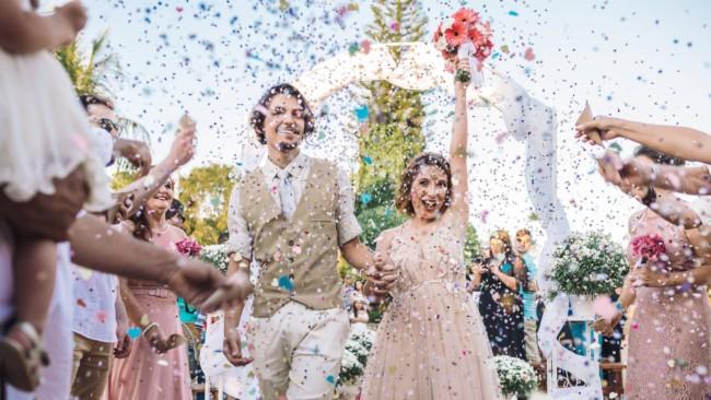 Saída dos noivos com confete