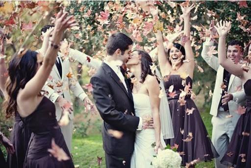 Saída dos noivos com folhas