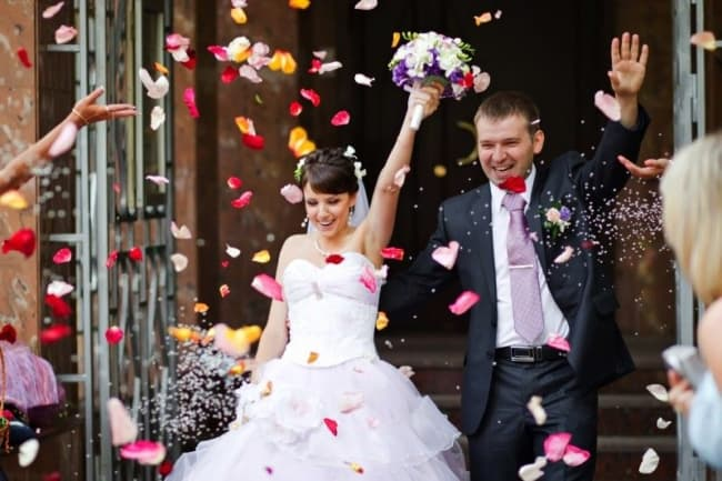 Saída dos noivos com petalas coloridas