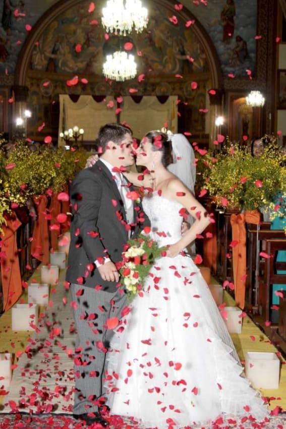 Saída dos noivos com petalas vermelhas