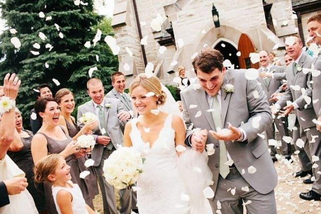 Saída dos noivos com petalas
