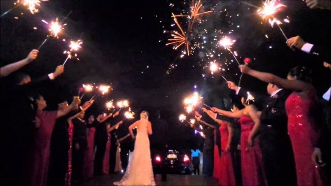 Saída dos noivos de casamento