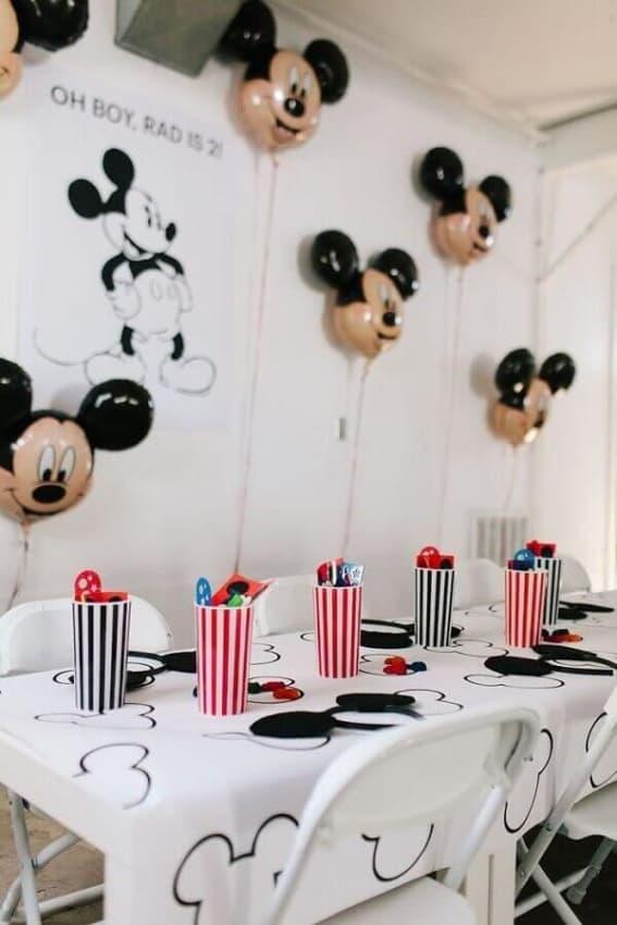Toalha e balões do Mickey no mesversário