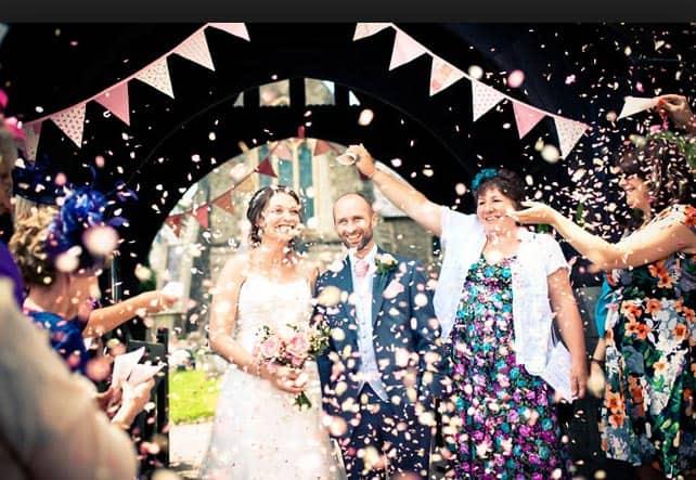 dicas de Saída dos noivos com confete