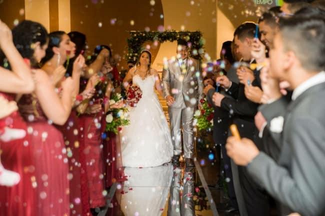 fotos de Saída dos noivos com bolhas de sabão