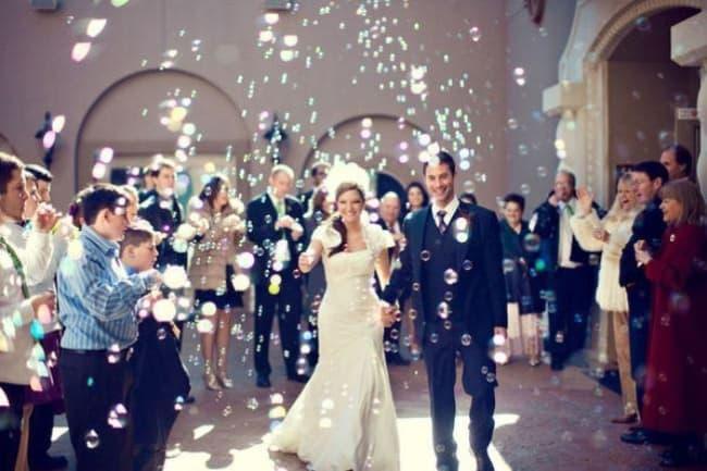 fotos de Saída dos noivos com bolhas