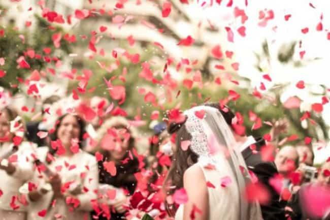 ideias de Saída dos noivos com petalas de rosa