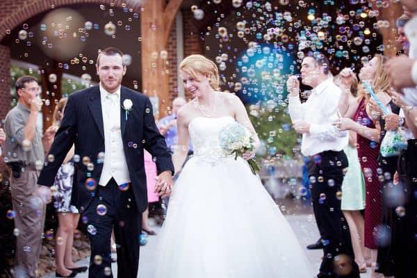 imagens de Saída dos noivos com bolhas de sabão