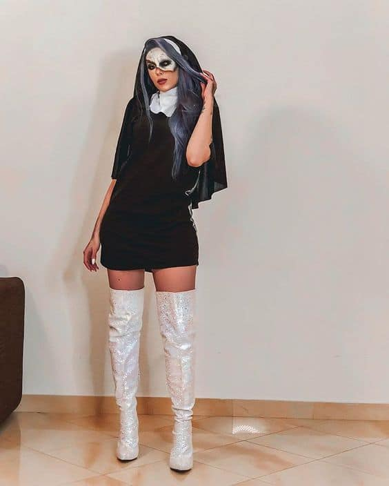 fantasia de Halloween de freira com maquiagem