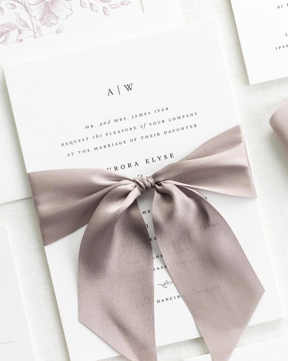convite de casamento simples e elegante com fita de cetim