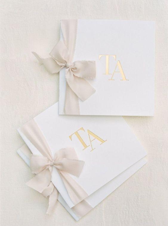 convite de casamento com iniciais do casal e laço