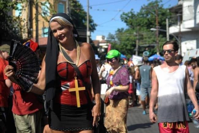 fantasia improvisada de freira para carnaval
