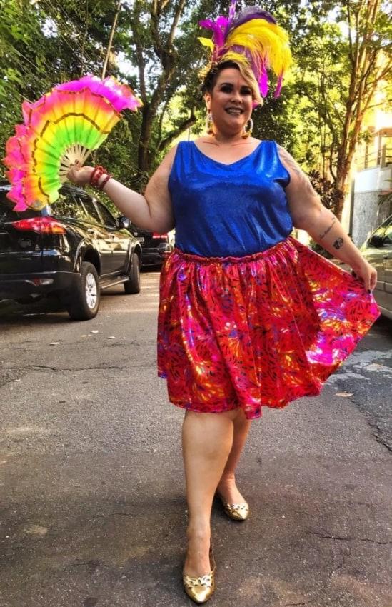 fantasia colorida e simples para look de carnaval plus size