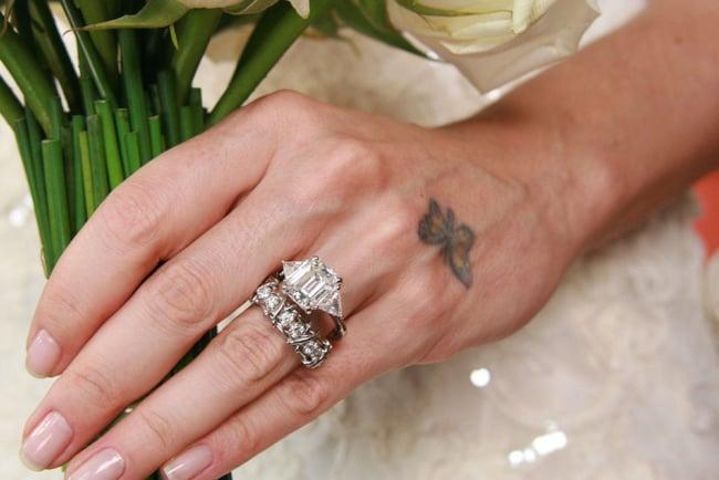Anéis de brilhantes de presente para noiva