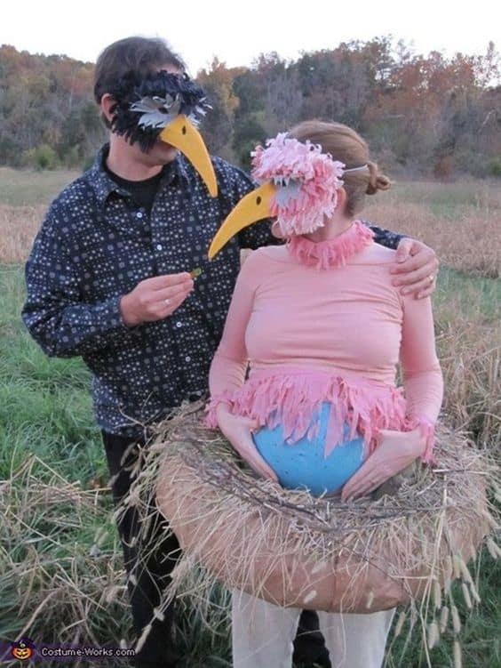 Casal com fantasia de ninho e passarinho
