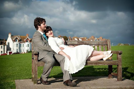 Foto de casal com a noiva de sapatilha