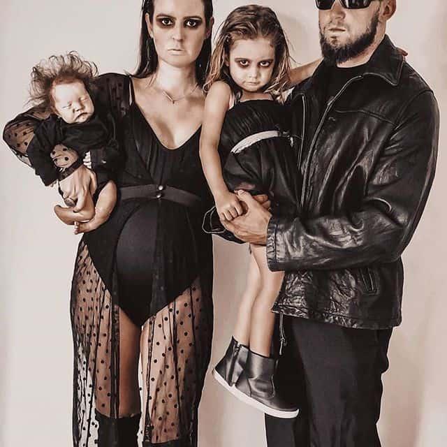 Gravida e familia com fantasias de halloween