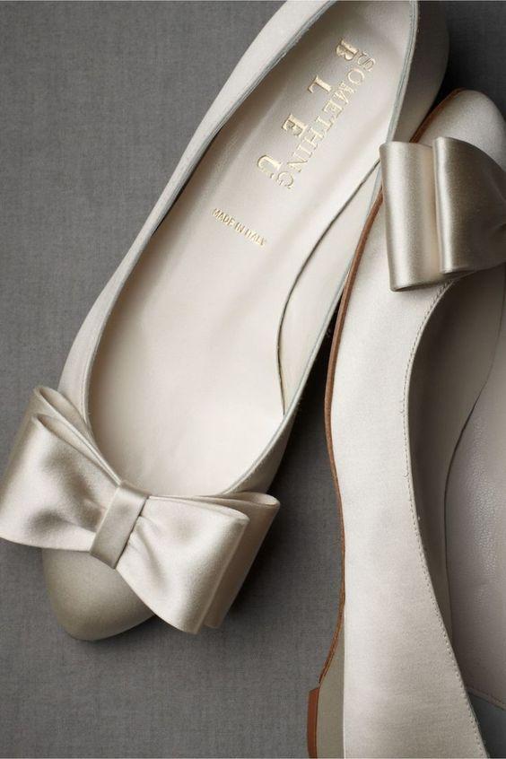 Inspiração de sapatilha metalizada para look de noiva