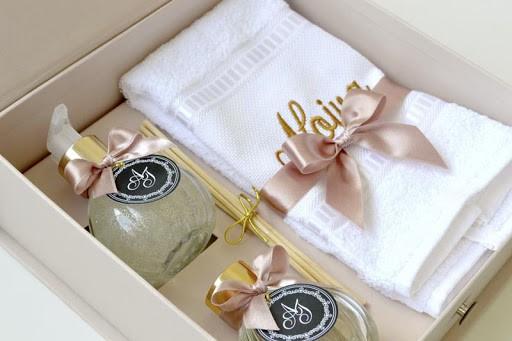 Kit com aromatizador sabonete e toalha para noivas