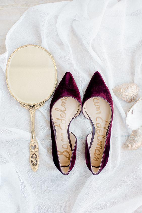 Modelo de sapatilha bordô para usar no casamento
