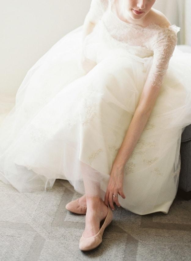 Noiva colocando a sapatilha nude