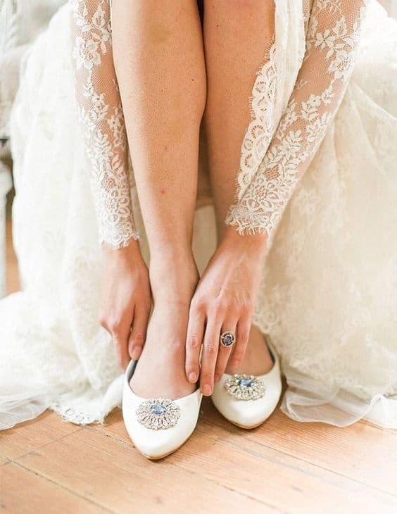 Noiva com sapatilha com pedra azul